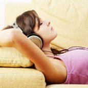 Più di 6 persone su 10 usano la musica per addormentarsi