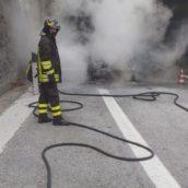 Pietradefusi,auto in fiamme sulla A16