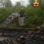Paura a Cesinali, prende fuoco il tetto in legno di un'abitazione