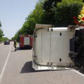 Incidente lungo l'Ofantina. Si ribalta una motrice, ferito il conducente
