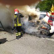 Auto in transito avvolta dalle fiamme, malore per una donna