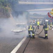 Montemiletto, auto in fiamme sulla A16. Nessun ferito.
