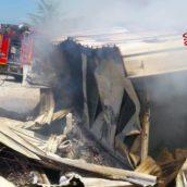 Paternopoli, incendio in un capannone di legno.