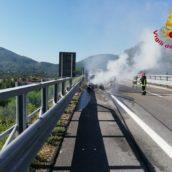 Auto in fiamme, paura sulla A16
