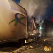 Camion di pomodori prende fuoco sulla A16