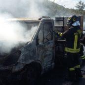 Autocarro in fiamme ad Avellino Ovest, paura per il conducente