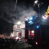 Domicella, incendio in un'autodemolizione : si indaga