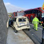 A16, auto tampona autobus di pellegrini: ferite tre donne