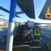 Auto in fiamme sulla A16, paura per un automobilista
