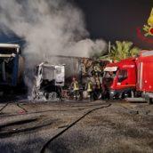 Montoro, incendio di un deposito di automezzi pesanti