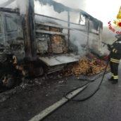 Paura in autostrada, autocarro che trasportava ortofrutta prende fuoco