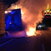 Paura sulla A16, brucia un autocarro