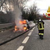 Auto in fiamme sulla A16, solo spavento per due giovani