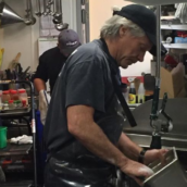 Coronavirus: Bon Jovi al lavoro come lavapiatti nel proprio ristorante