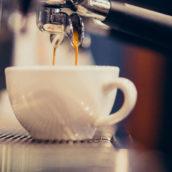 """Coronavirus, prende un caffè al bar e sceglie di pagarlo 50 euro: """"Tieni pure il resto"""""""