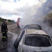 Video/Auto in fiamme sulla A16.Nessun ferito