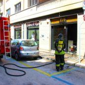 VIDEO/Incendio in una boutique di Avellino: vigili del fuoco in azione
