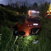 Sbandano con l'auto e finiscono in una scarpata: 4 ragazzi feriti