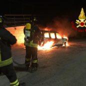 VIDEO/Incendio ad un'autovettura nella notte a Taurano