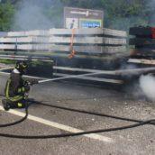 VIDEO/Incendio sulla Napoli-Canosa: prende fuoco un autotreno