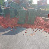 Autotreno perde cassoni di pomodoro sulla carreggiata. Nessun ferito