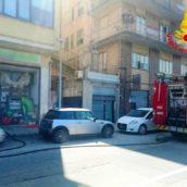 VIDEO/Principio d'incendio in un esercizio commerciale di Avellino. Intervento dei caschi rossi