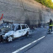 Incendio ad un'autovettura in transito sulla A16. Nessuna conseguenza per l'uomo alla guida