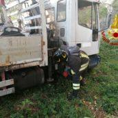 Camion finisce fuori strada: un operaio trasportato in ospedale