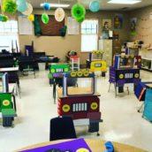 Distanziamento nelle scuole: una maestra ha trasformato i banchi in macchinine colorate