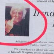 Rimini: la defunta fa il dito medio e il manifesto funebre diventa virale sul web