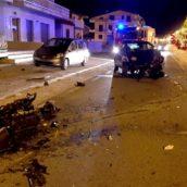 Sbanda con l'auto e finisce contro un cancello in muratura: giovane in ospedale