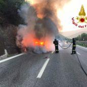 Auto prende fuoco sull'autostrada. Nessun ferito