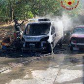 Prende fuoco un furgone nel piazzale di un'autofficina. È successo a Montecalvo Irpino
