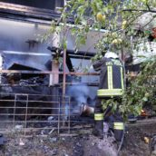 VIDEO/Deposito in fiamme, due squadre di caschi rossi a Celzi di Forino per domare l'incendio