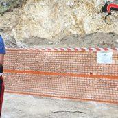 Erodono un costone roccioso per ricavare materiale utile al rifacimento del manto stradale: cinque denunciati