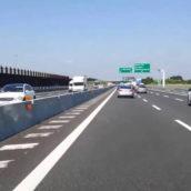Percorre dieci chilometri in autostrada con il monopattino: 20enne riminese multato
