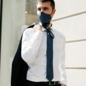 Ecco la mascherina-cravatta per rispettare le norme di sicurezza senza rinunciare allo stile