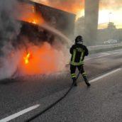 VIDEO/Autoarticolato in fiamme sulla A16: nessun ferito