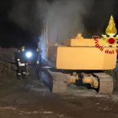Escavatore in fiamme a Sirignano. Caschi rossi in azione