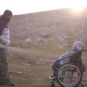 Realizza il sogno dell'amica disabile: la porta in spalla in cima al Monte Olimpo