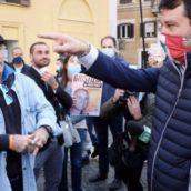 """VIDEO/Roma, polizia ferma Montesano senza mascherina e lui sbotta: """"Non riesco a respirare"""""""
