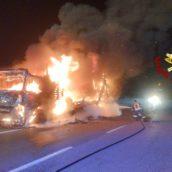 Camion in fiamme nella notte sulla A16: paura per il conducente