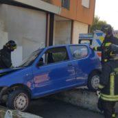 Finiscono con l'auto contro un muretto ad Avellino: feriti anziani coniugi