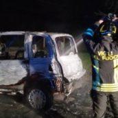VIDEO/Montoro, auto in fiamme nella notte: indagini in corso