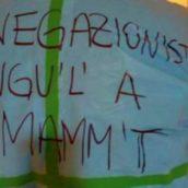 """Medico in reparto con un messaggio """"forte"""" per i negazionisti scritto sul camice"""