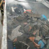 Autocarro in fiamme sulla A16: trasportava batterie esauste