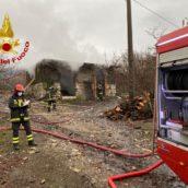 Forino, brucia un deposito di legna: caschi rossi in azione