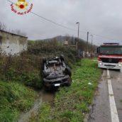 Manocalzati, auto esce fuori strada ribaltandosi: l'uomo alla guida trasportato al Moscati