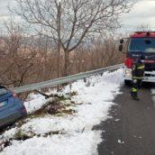 Ospedaletto d'Alpinolo, auto finisce fuori strada: caschi rossi in azione