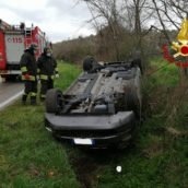 Ariano Irpino, auto sbanda e finisce fuori strada: ferita una donna
